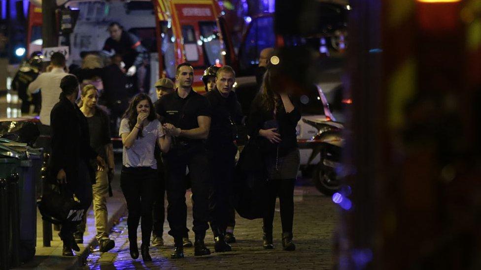 Las personas son evacuadas tras un ataque en la sala de conciertos Bataclan en París, el 13 de noviembre de 2015