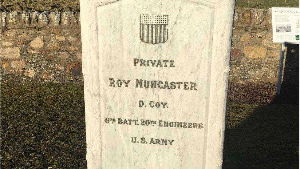 Lápida del soldado Roy Muncaster