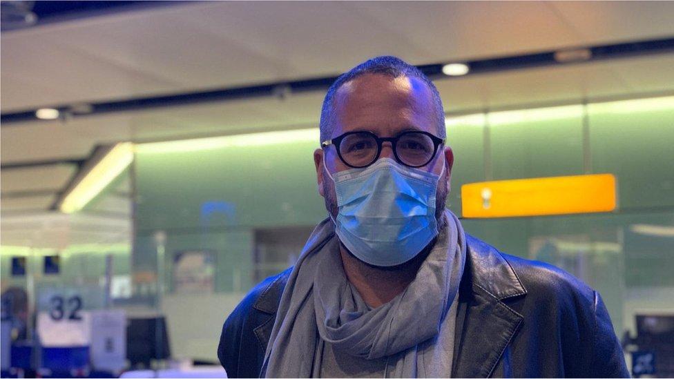 Administrador João Sibin na fila da imigração no aeroporto de Heathrow, Londres