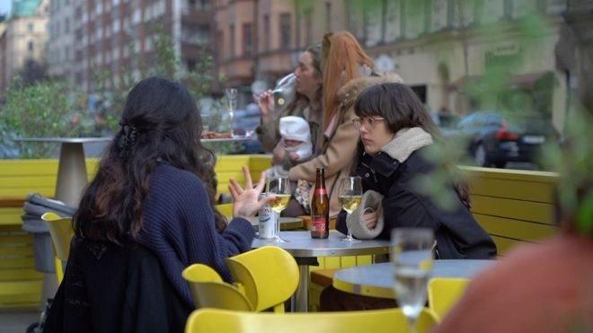 İsveç'in başkenti Stockholm'de bir içki servisi de yapan bir kafe