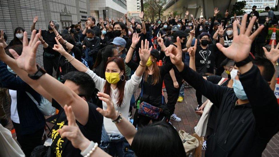 3月1日,香港西九龍法院外聚集了人群,支持47名民主派被捕人士。