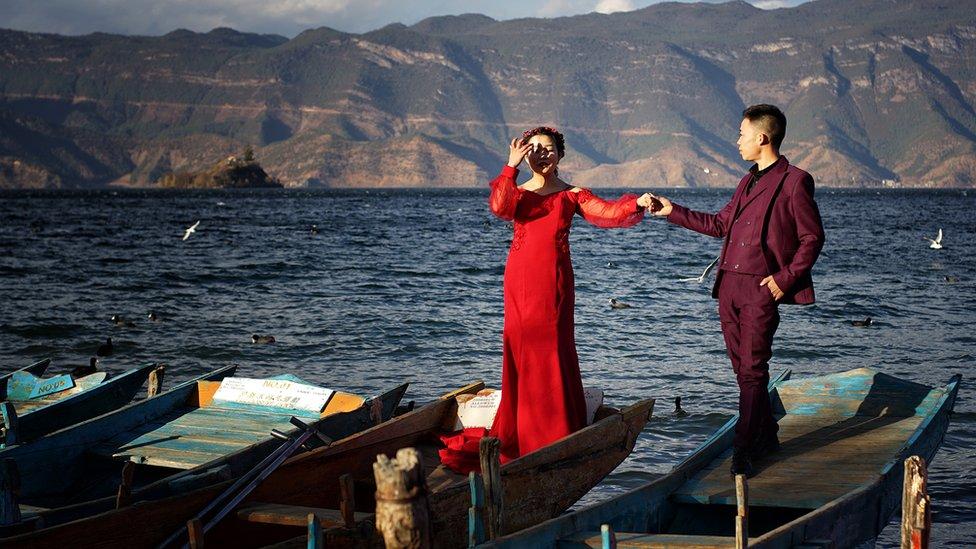 Joven matrimonio chino a orillas del lago Lugu.