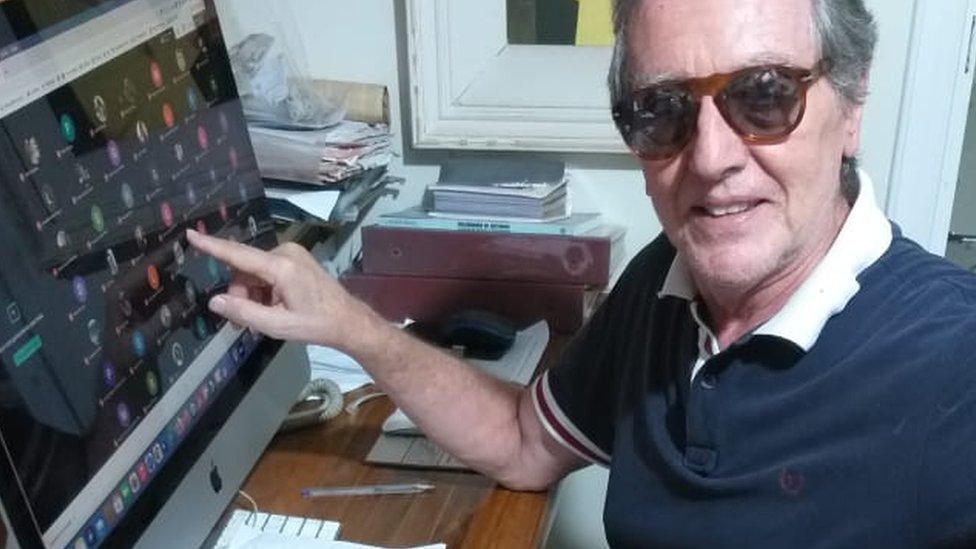 Roberto Tálamo dando aula virtual