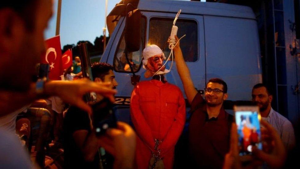 الحكومة التركية تتهم غولن بأنه العقل المدبر للانقلاب الفاشل عام 2016