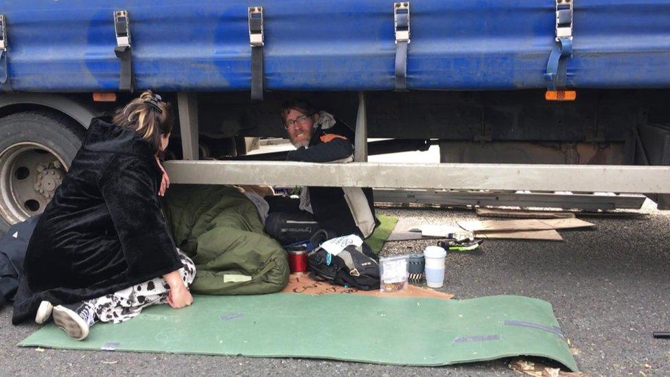 demonstrant pod kamionom