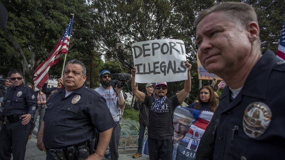 Según el profesor Héctor Tobar, las fotografías de inmigrantes esposados confirman los prejuicios de quienes están en contra de la migración.