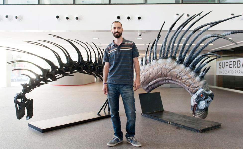 Dr Pablo Gallina junto a un modelo de Bajasaurus