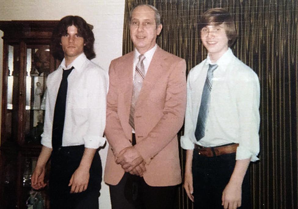 Pol sa ocem Česterom i bratom Dejvom