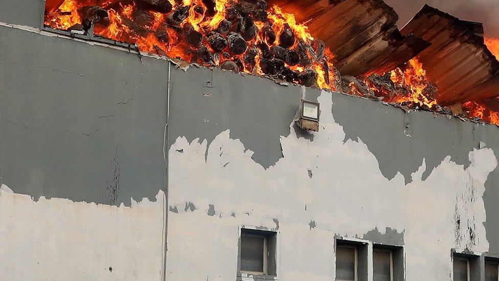 تم إضرام النيران في بعض المباني