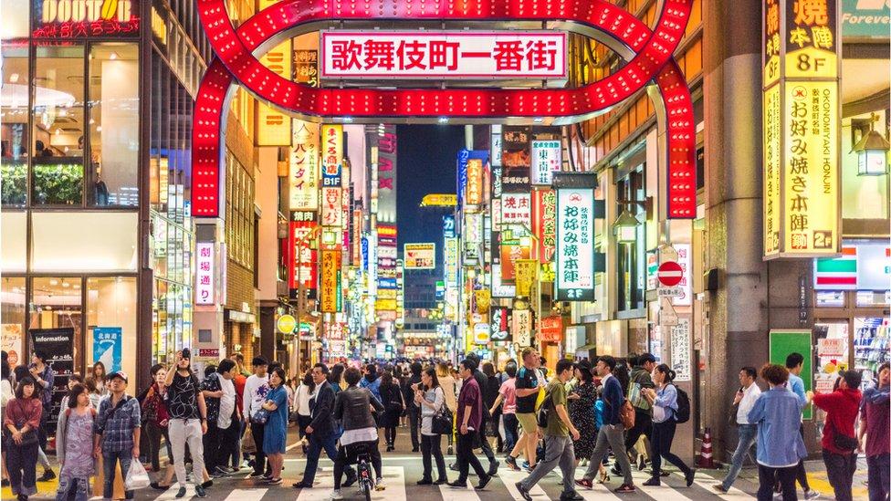 Calle transitada de Tokyo, Japón.