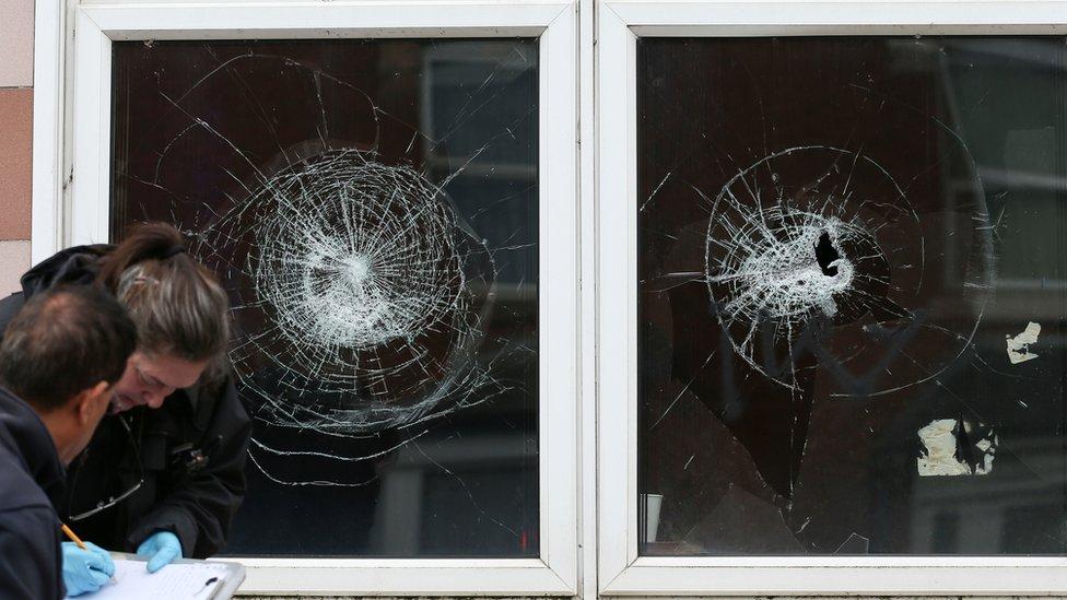 يحقق فريق من الشرطة في الاعتداء على مسجدا في منطقة ألبرت رود