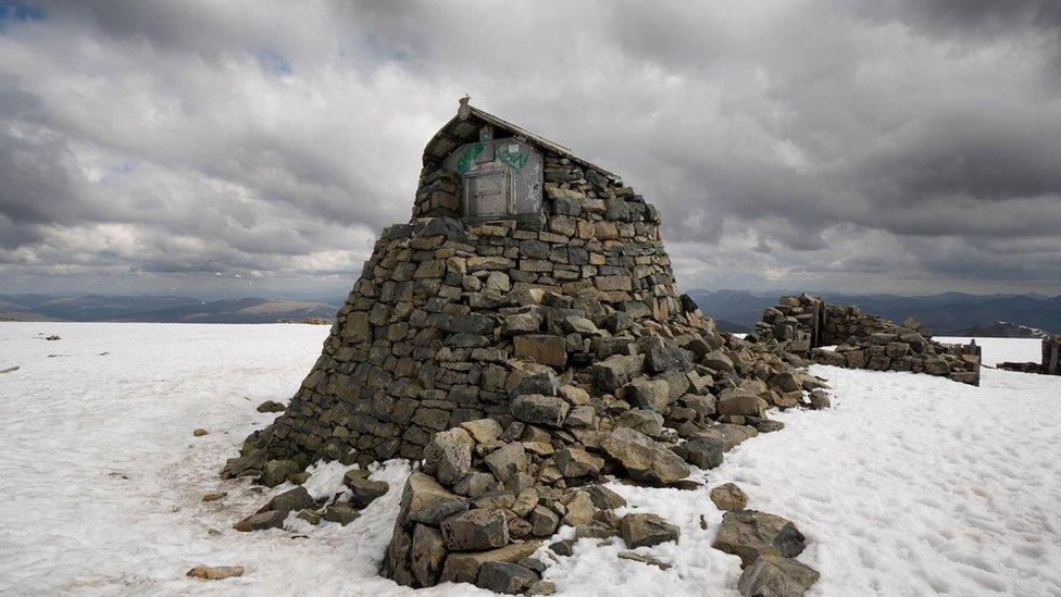 Los investigadores construyeron una cabaña de piedra en la cumbre de la montaña.