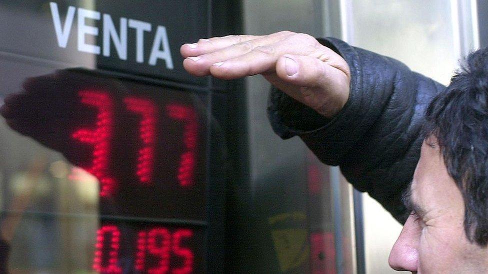 Hombre en Argentina observando la tasa cambiaria en 2001.
