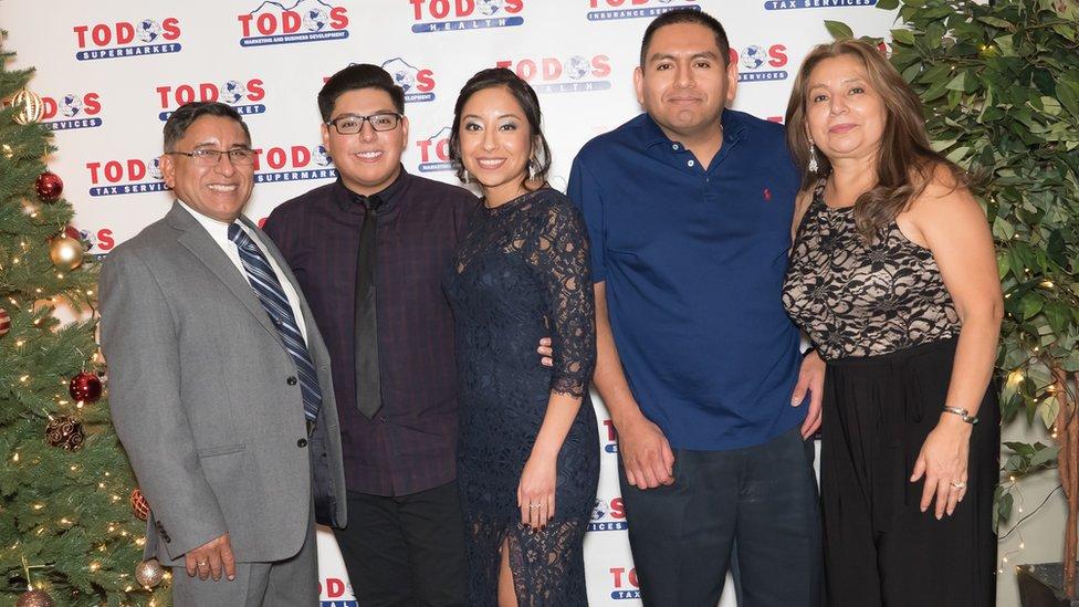 Carlos Castro junto a su familia en un evento del supermercado Todos.