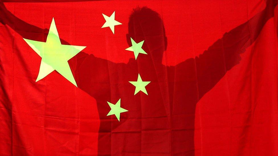 Hombre con bandera de China