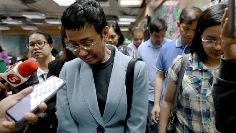 Maria Ressa diwawancara saat penangkapannya di kantor Rappler.