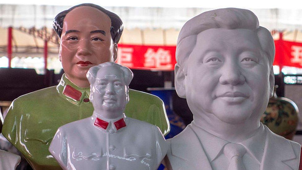 Statuas de porcelana de Mao Zedong y Xi Jinping.