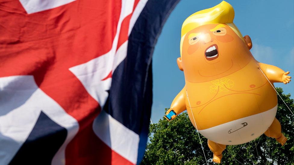 Un inflable con la figura de Trump