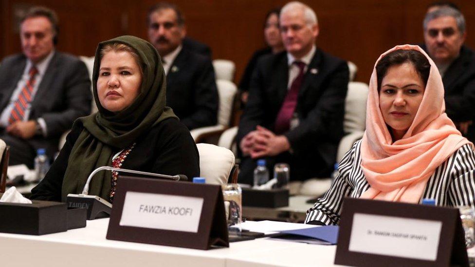 La activista por los derechos civiles y de las mujeres en Afganistán Laila Jafari y la miembro del parlamento Fawzia Koofi