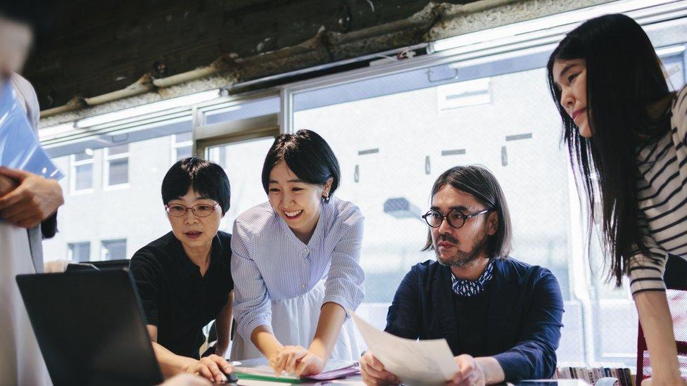 Trabajadores en una oficina de Japón