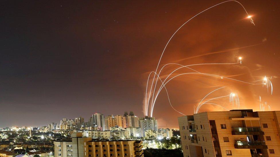 El Domo de Hierro interceptando cohetes cerca de Ashkelon el miércoles 12 de mayo.