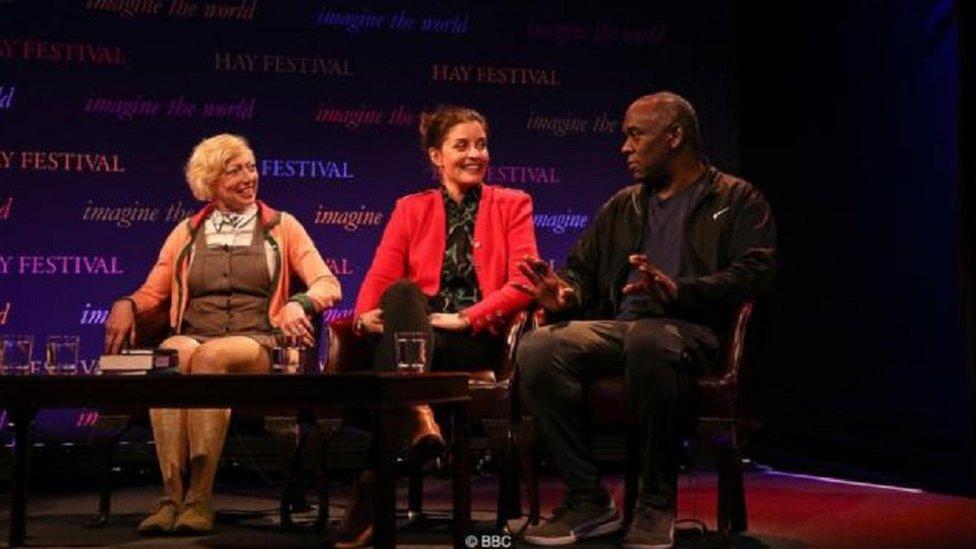 إيلا بيرثود المعالجة بالقراءة (يسار) والروائية جيسي بورتون وأليكس ويتل