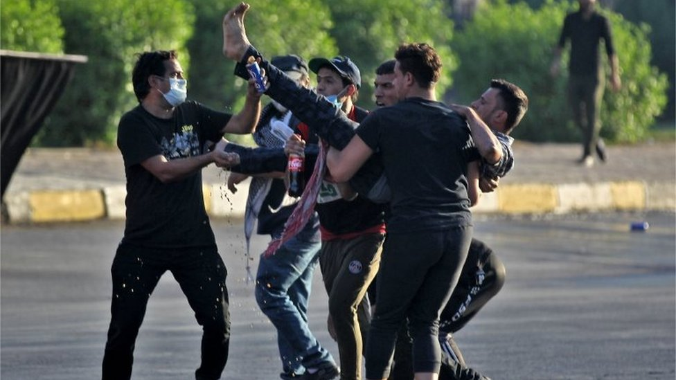 Protesters carry a wounded demonstrator in Baghdad (05/10/19)
