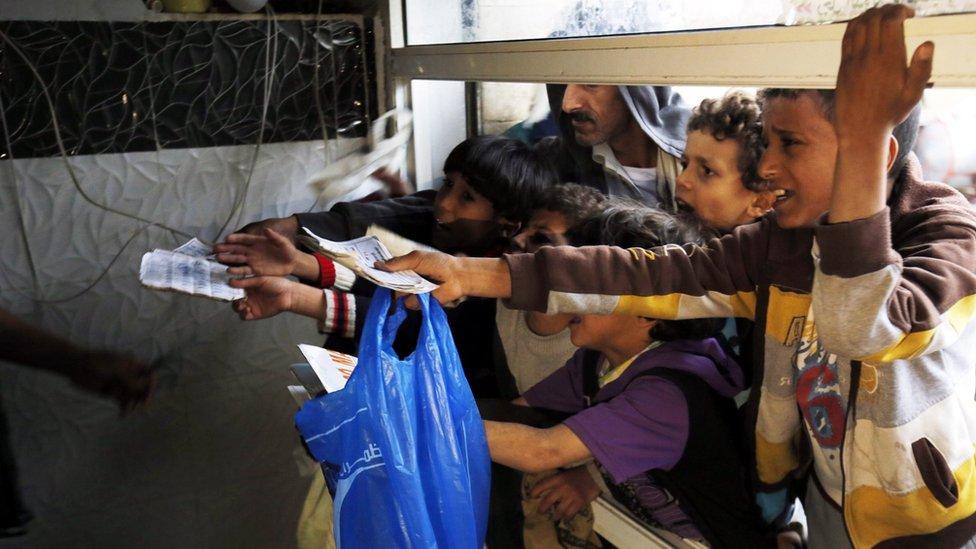 أطفال ينتظرون المساعدات في صنعاء