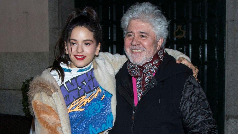 Rosalía con el director de cine español BBC