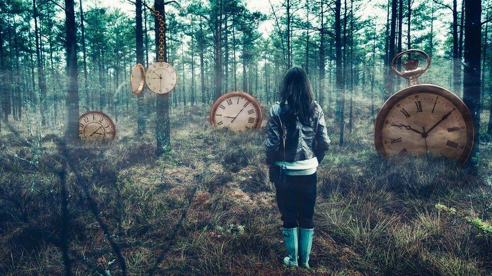 devojka i satovi u šumi