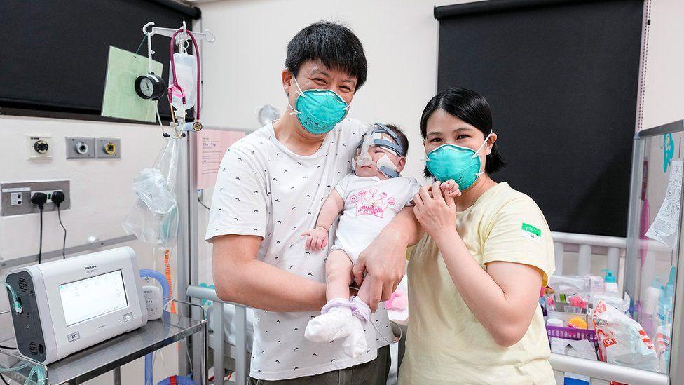 Kwek Yu Xuan junto a sus padres