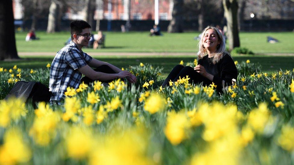 Dos personas en un jardín en Londres
