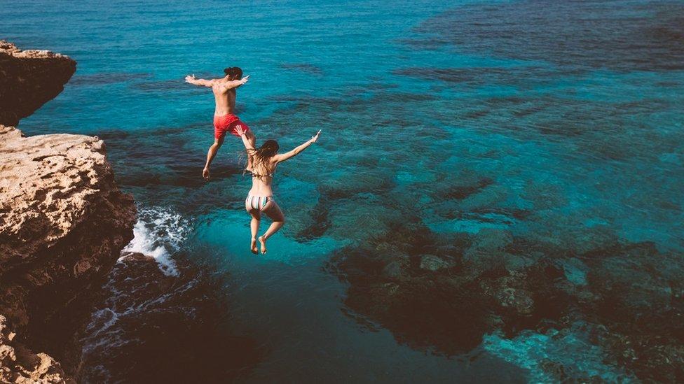 شخصان يمارسان السباحة