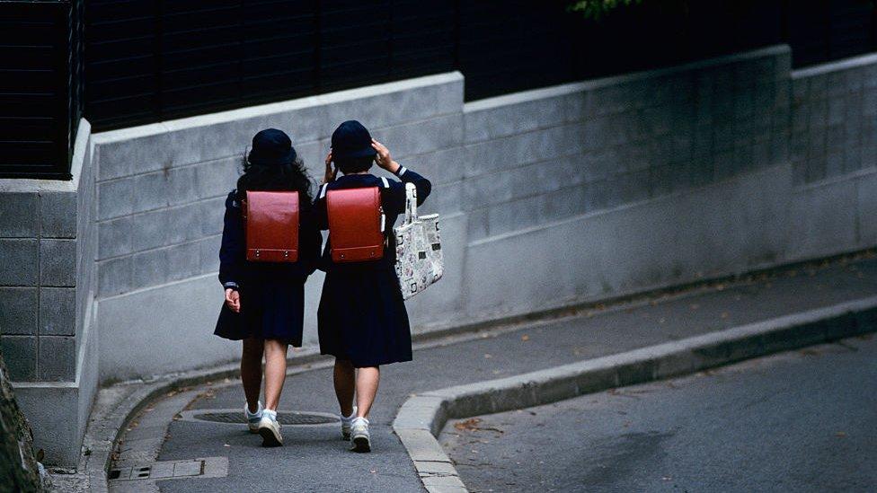 Dos niñas uniformadas.