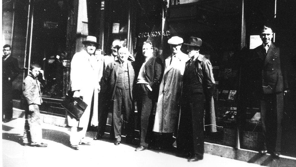 Geca Kon ispred knjižare u Knez Mihajlovoj