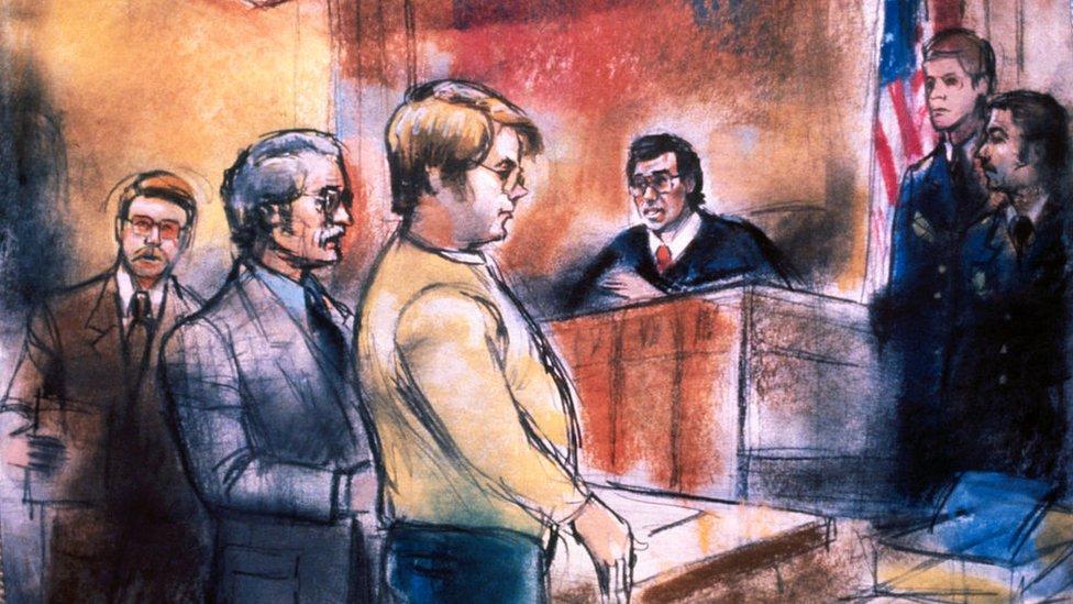 Ilustración de Mark Chapman frente a un tribunal que lo acusó del asesinato de John Lennon.