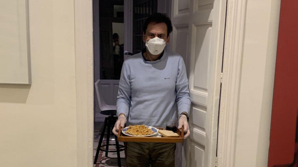 Carlos con la bandeja en la puerta.