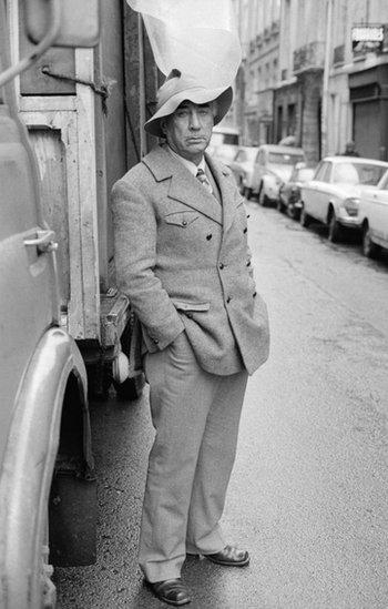 El escritor retratado en una calle.
