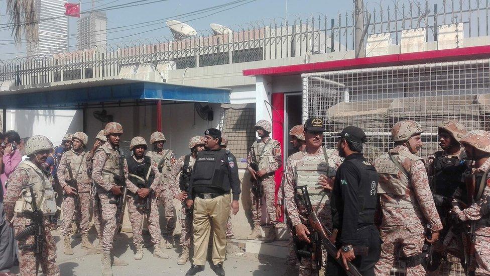 巴基斯坦武裝警察趕到卡拉奇中國領館處理襲擊事件(23/11/2018)