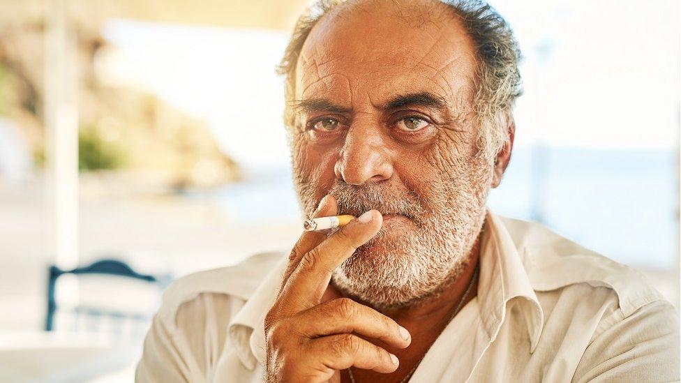 Más del 50% de la población masculina fuma regularmente en Grecia.