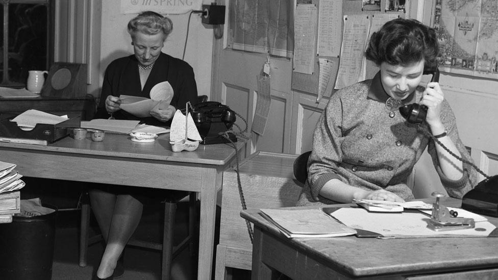 Secretarias en la década del 50 en la BBC, de izquierda a derecha, A. Sheperdson y L. Fenner