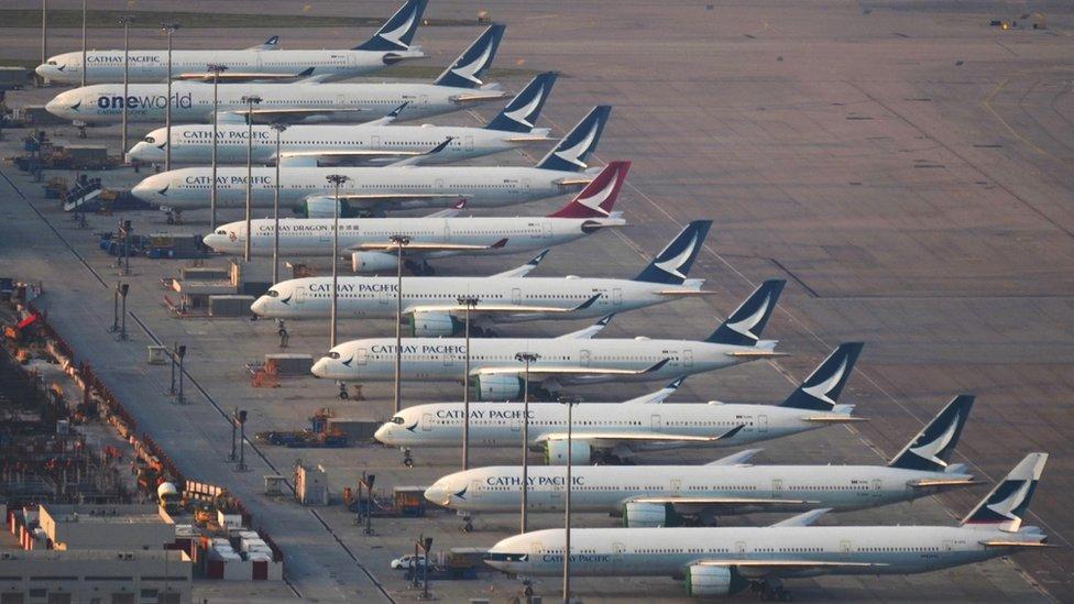 香港國際機場停機坪上停滿國泰與國泰港龍飛機(21/10/2020)