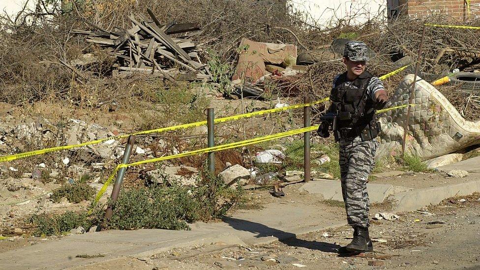 Un militar en la escena de un crimen