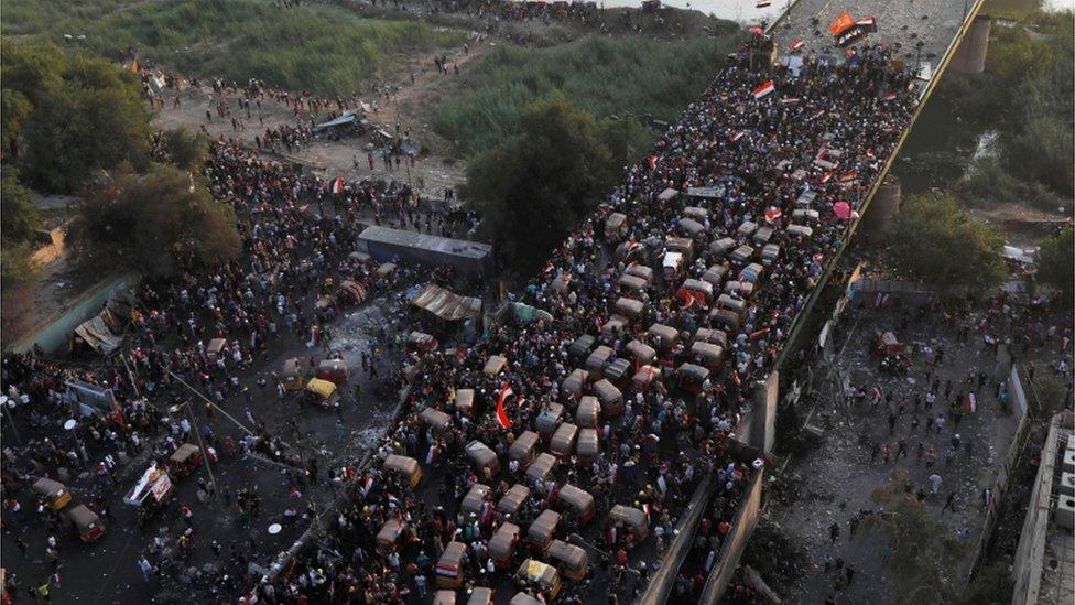 Manifestantes en el puente Al Jumhuriya de Bagdad