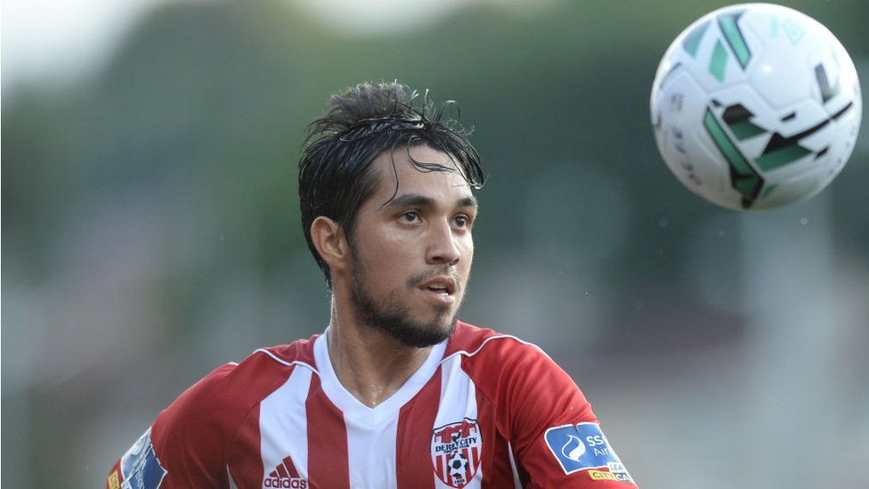 Gerardo Bruna con el uniforme del Derry City