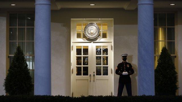 Un marine guarda una de las entradas de la Casa Blanca
