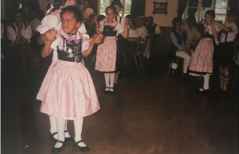 إيموان كينشاسا وهي طفلة