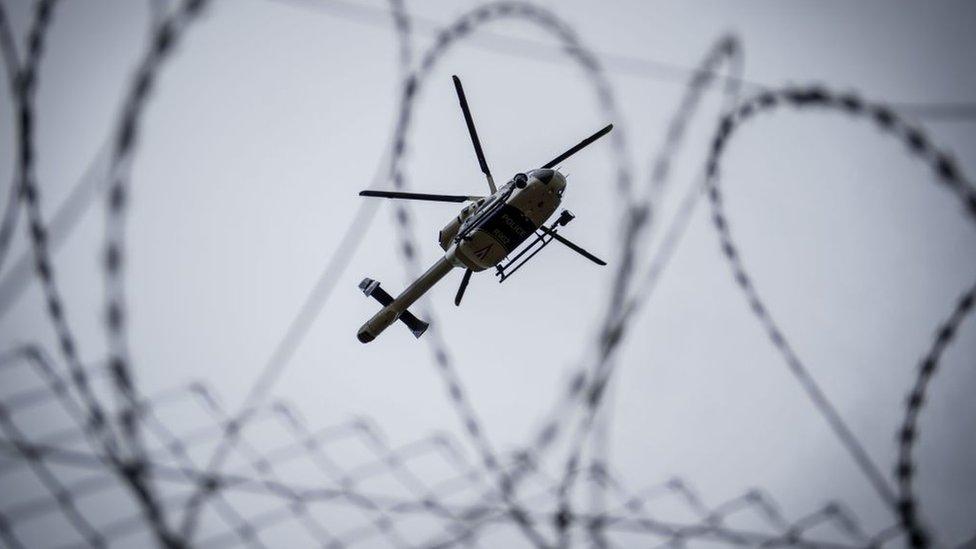 طائرة مروحية تمر فوق السلك الشائك على الحدود بين المجر وصربيا