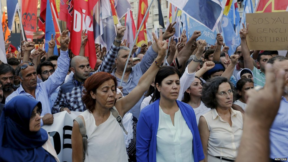 Demonstrators hold a minute of silence for the victims during a protest against the bomb attack in the border town of Suruc, in central Istanbul, Turkey (20 July 2015)