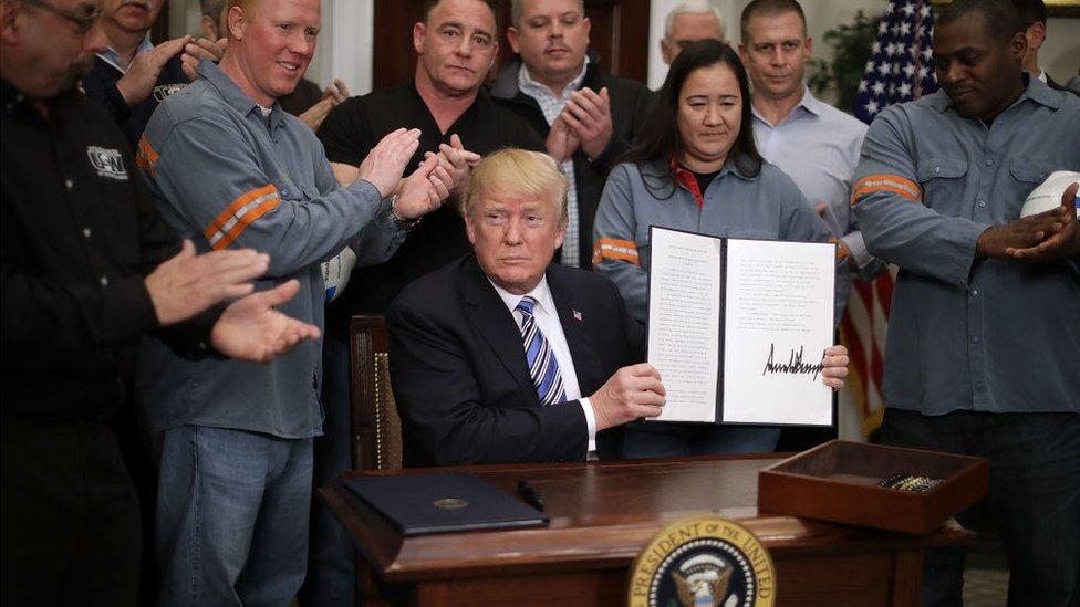 Trump firmó el acuerdo frente a varios trabajadors de la industria del metal y el acero de Estados Unidos.